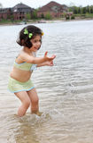 Enfant en bas âge éclaboussant l'eau Photos libres de droits