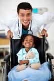 Enfant en bas âge étant occupé près d'un docteur Images libres de droits