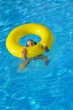 Enfant en bas âge adorable détendant dans la piscine Photo libre de droits