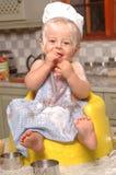 Enfant en bas âge aidant à faire cuire au four Images stock