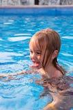 Enfant en bas âge apprenant comment nager Photographie stock libre de droits