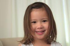 Enfant en bas âge asiatique Bi-racial féminin de sourire Images stock