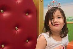 Enfant en bas âge asiatique de métis avec le diadème sur le trône Photographie stock
