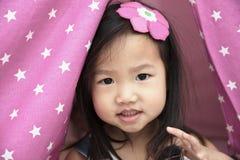 Enfant en bas âge asiatique souriant et jouant Photos stock
