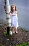 Enfant en bas âge aux pieds nus par l'arbre Image libre de droits