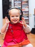 Enfant en bas âge avec des écouteurs images stock
