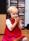 Enfant en bas âge avec des écouteurs photos stock
