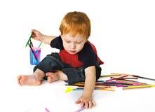 Enfant en bas âge avec des crayons de couleur Image stock