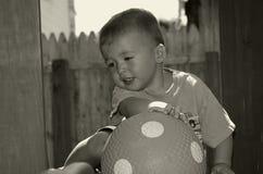 Enfant en bas âge avec la bille Photographie stock libre de droits