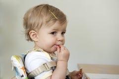 Enfant en bas âge avec la main, fièvre aphteuse Image libre de droits