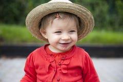 Enfant en bas âge avec la main, fièvre aphteuse, dehors. Image stock