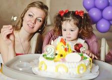 Enfant en bas âge avec le gâteau Photos stock