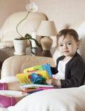 Enfant en bas âge avec le livre Photos stock