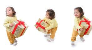 Enfant en bas âge avec un cadeau de Noël Photos libres de droits