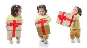 Enfant en bas âge avec un cadeau de Noël Images libres de droits