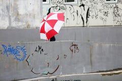 Enfant en bas âge avec un grand parapluie Photo libre de droits