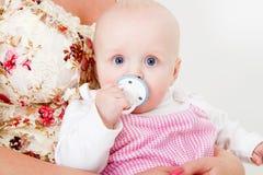 Enfant en bas âge avec un pacificateur image stock