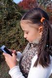 Enfant en bas âge avec un téléphone portable Image libre de droits