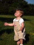 Enfant en bas âge chassant des bulles Photo libre de droits
