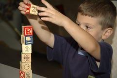 Enfant en bas âge construisant 2 Images libres de droits