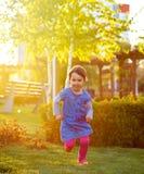 Enfant en bas âge courant par l'herbe image libre de droits