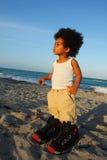 Enfant en bas âge dans de grandes chaussures Images libres de droits