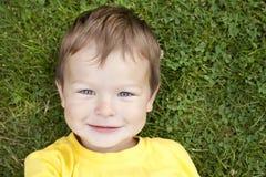 Enfant en bas âge dans l'herbe Image stock