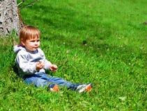 Enfant en bas âge dans l'herbe images libres de droits
