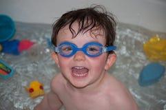Enfant en bas âge dans la baignoire Images stock