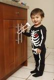 Enfant en bas âge dans la cuisine photographie stock