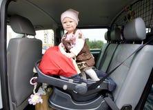 Enfant en bas âge dans le véhicule Images libres de droits