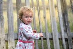Enfant en bas âge de bébé à la barrière image stock