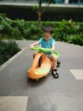 Enfant en bas âge de bébé montant un scooter image libre de droits