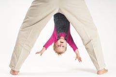Enfant en bas âge de chéri de fixation de père upside-down Photographie stock