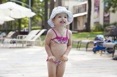 Enfant en bas âge de congélation photos stock