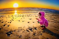 enfant en bas âge de coucher du soleil image stock