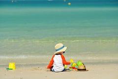 Enfant en bas âge de deux ans jouant sur la plage Images libres de droits