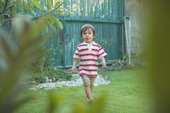 Enfant en bas âge de garçon jouant en parc Photo stock