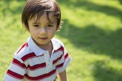 Enfant en bas âge de garçon souriant en parc Photo stock