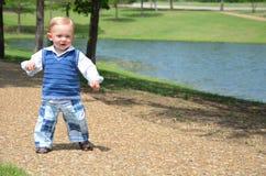 Enfant en bas âge de marche heureux Images libres de droits