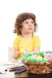 Enfant en bas âge de pensée regardant loin Image libre de droits