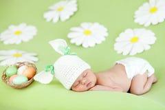 Enfant en bas âge de sommeil de chéri comme lapin et oeufs de pâques Photo stock