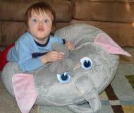 Enfant en bas âge de son de la trompette d'éléphant photographie stock libre de droits