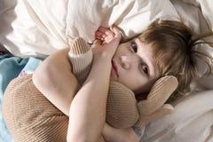 Enfant en bas âge dormant avec ses lièvres photos libres de droits