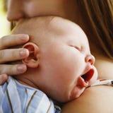 Enfant en bas âge dormant sur l'épaule de la mère Photo libre de droits