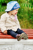 Enfant en bas âge doux sur le banc Image libre de droits