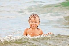 Enfant en bas âge drôle en mer Image libre de droits