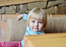 Enfant en bas âge en café Photos libres de droits