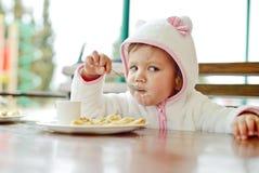 Enfant en bas âge en café Photo libre de droits