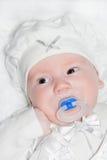 Enfant en bas âge environ de deux mois dans le procès blanc Images stock